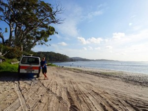 Australien | Camping in der Nelson Bay bei Port Stephans in New South Wales. Henning steht vor unserem Hippie Camper direkt am Strand mit Blick auf das Meer