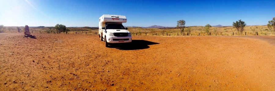 Australien | Camping im Outback. Panorama in der Nähe des Kings Canyon im 4WD Offroad Cheapa Camper