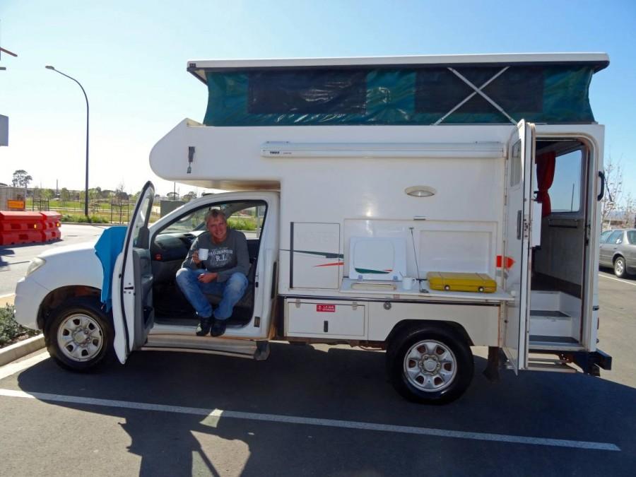 Australien | Camping im Outback im 4WD Cheapa Camper. Nahaufnahme unseres Campers mit Henning auf dem Beifahrersitz