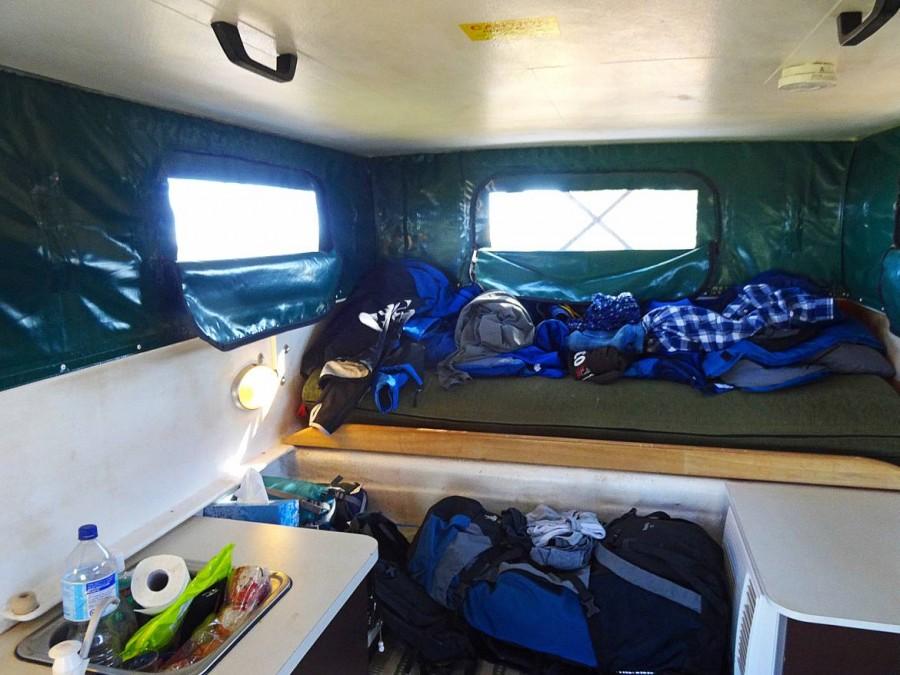 Australien | Camping im Outback, 4WD Cheapa Camper von Innen. Komfortables Vergnügen mit viel Platz, einem großen Bett, Kühlschrank und Küche