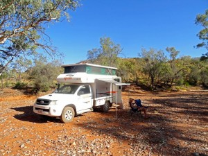 Australien | Camping im Outback. Wild camping kein Problem. Auch im Flußbett, obwohl Du das vermeiden solltest. Unser Cheapa 4 WD Camper und Karin im Campingstuhl sitzend in einem ausgetrockneten Flußbett
