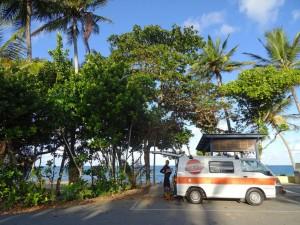 Australien | Camping in der Bingil Bay am Mission Beach in Queensland. Blick auf unseren Campingplatz direkt am Meer
