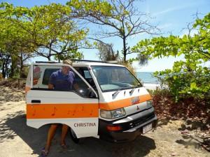 Australien | Camping am Ellis Beach in Queensland. Henning steht neben unserem Hippie Camper direkt am Strand bei blauem Himmel