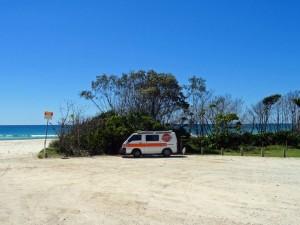 Australien | Camping, Strand in der nähe von Port Douglas in Queensland. Blick auf unseren Hippie Camper direkt am Strand bei blauem Himmel
