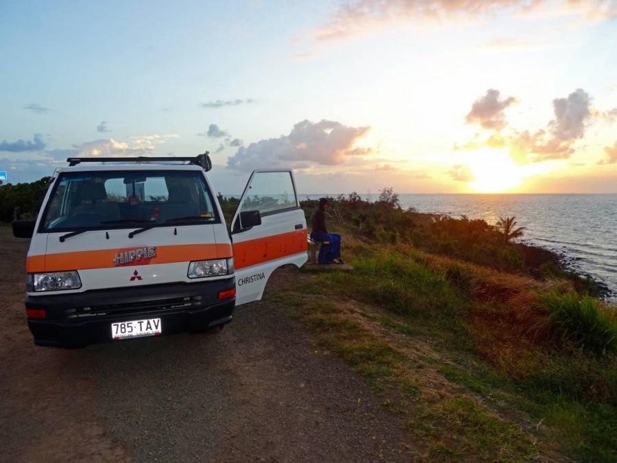 Australien | Camping, Romantik zum Sonnenaufgang. Panoramablick auf das Meerund unser Hippie Camper beim Campen. in Queensland