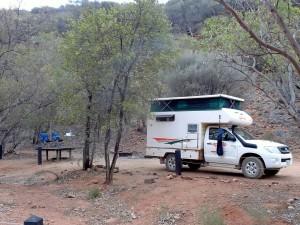 Australien |Outback, Camping im Trephina Gorge National Park. Nahaufnahme eines 4WD Campers von Cheapa auf dem Campingplatz im Northern Territory in den East MacDonnell Ranges