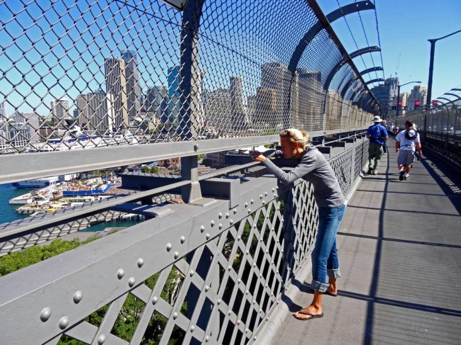 Australien | Sydney, Fußweg über die Harbour Bridge. Karin beim Fotografieren der Skyline auf der Brücke