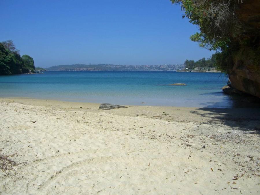 Australien | Sydney,einsame Bucht in Manly. Blick vom Strand auf das Meer und Sydney im Hintergrund