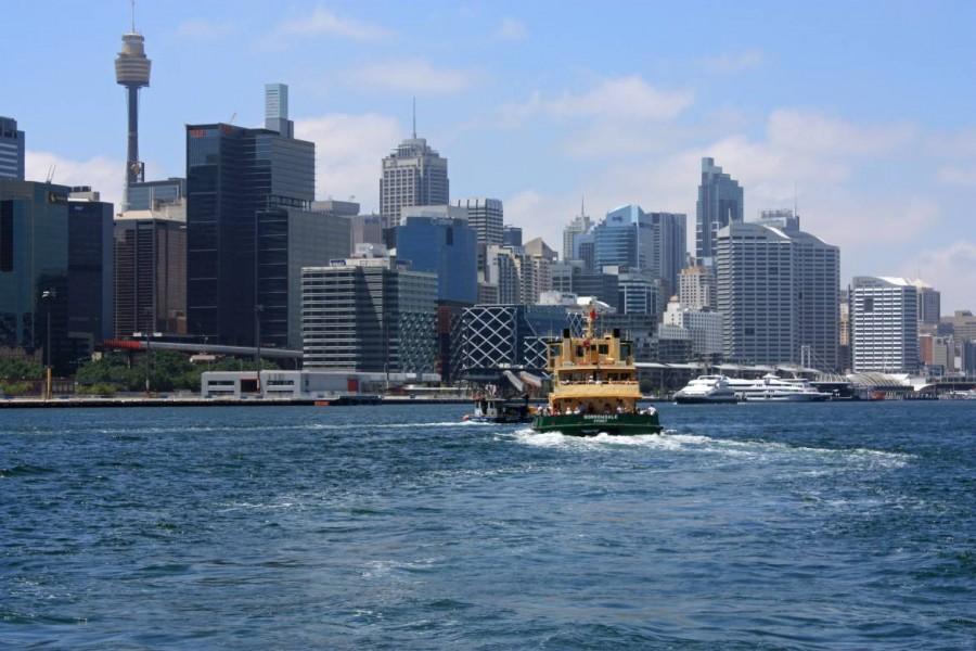 Australien | Sydney, Fähre vom Circular Quay nach Manly . Die Fähre vor der Kulisse des Stadtzentrums von Sydney im blauen Wasser bei Sonnenschein