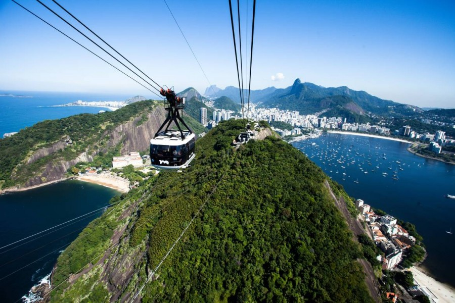 Brasilien | Rio de Janeiro, Blick vom Zuckerhut mit der Copacabana und dem emporragenden Corcovado im Hintergrund