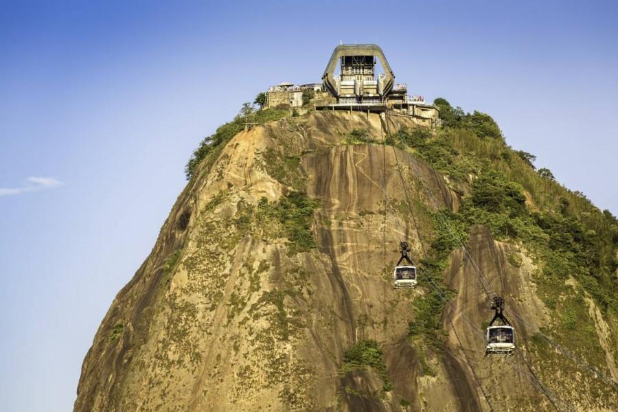 Brasilien | Rio de Janeiro, Die Seilbahn auf den Zuckerhut ist bereits ein Abenteuer für sich, weil sie steil auf den glockenförmigen Berg hinaufführt
