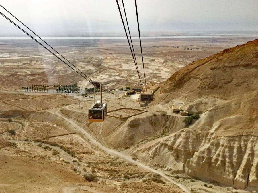 Masada | An heißen Tagen empfiehlt sich die Fahrt mit der komfortablen Seilbahn, die einen klasse Ausblick auf das Tote Meer bietet