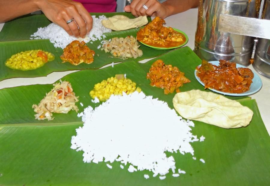 Malaysia | Indisches Thali Essen in George Town, Penang. Reis, verschiedene Currys und Soßen serviert auf einem Bananenblatt. Karin isst im indischen Stil mit den Fingern