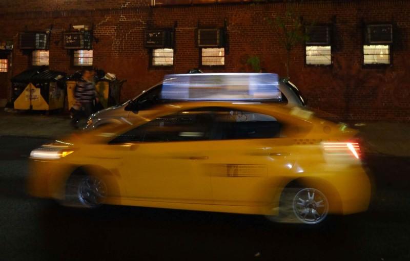 Tipps wie Du weltweit sicher und guenstig ein Taxi findest. Hier ein gelbes Taxi in einer Großstadt von Motion Blur