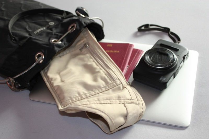 Review pacsafe Travelsafe | Mit dem mobilen Reisetresor lassen sich Wertsachen immer und überall anschließen, wie in diesem Beispiel ein Laptop, Ausweis und eine Kamera