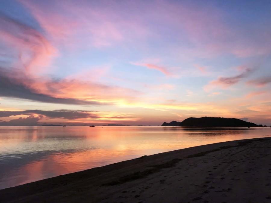 Thailand |Koh Phangan, Farbenpracht am Ao Ban Charu Strand bei Sonnenuntergang. Rot gefärbter Himmel spiegelt sich im Meer