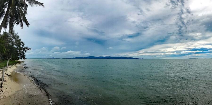 Thailand |Koh Phangan, Blick vom Strand Ao Bang Charu auf Koh Samui. Bewölkter Himmel über dem Meer
