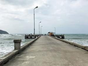 Thailand |Koh Phangan, Ao Chaloklum Pier. Blick auf die Straße zum Pier vor dem Meer