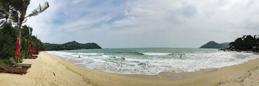 Thailand |Koh Phangan, Panorama am Strand Ao Thong Nai Pan Noi. Blick auf die Wellen des Meeres, bei bewölktem Himmel und den feinen Sand , gesäumt von Palmen