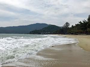 Thailand |Koh Phangan, Ao Thong Nai Pan Noi Strand. Blick auf den Strand, Wellen, Palmen und grünen Urwald im Landesinneren der Insel