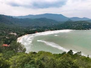 Thailand |Koh Phangan, Panorama vom Berg im Osten der Bucht auf den Strand Ao Thong Nai Pan Yai. Tipp für einen Blick von oben auf interessante Orte: Welliges blaues Meer, grüner Urwald der Berge auf der Insel