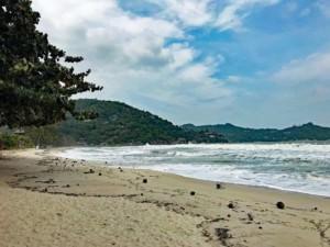 Thailand | Koh Phangan, menschenleerer Ao Thong Nai Pan Yai Strand. Blick auf weißen feinen Sand, gesäumt von Urwald und dem blauen Meer