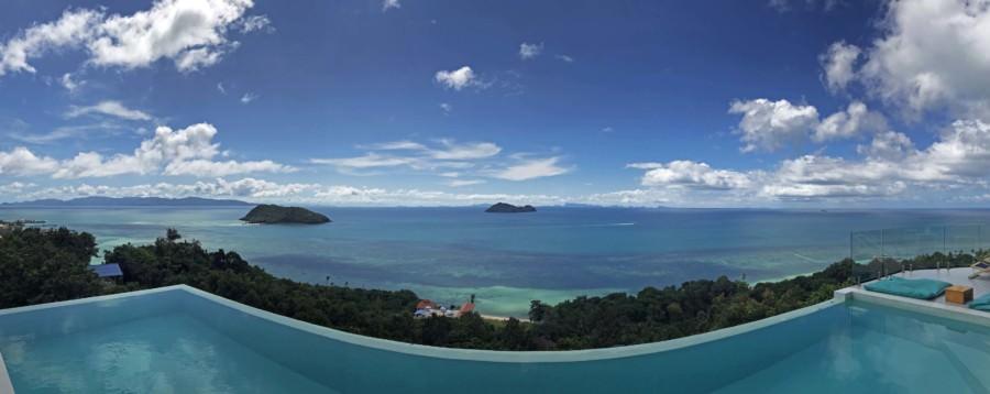 Thailand |Koh Phangan, Panorama-Blick vom Bluerama auf das türkis-blaue Meer, Palmen, blauen Himmel, im Vordergrund ein hellblauer Pool