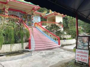 Thailand |Koh Phangan, eine der Sehenswürdigkeiten, der Chinesische Tempel, der 40 Baht Eintritt kostet, Blick auf die bunten Treppen zum Eingang des Tempels