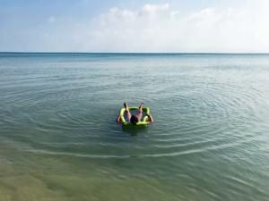Thailand |Koh Phangan, Entspannung pur am Strand von Baan Tai. Karin im blauen Meer auf einer Luftmatratze