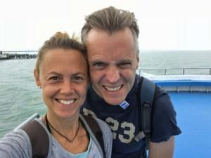 Thailand |Auf der Fähre von Surat Thani nach Koh Phangan. Karin und Henning lächelnd im Wind