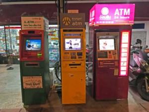 Thailand | Geldautomaten auf Koh Phangan, hier in Thongsala. Diese gibt es aber auch an vielen anderen Orten auf der Insel. Blick auf drei verschiedene Geldautomaten