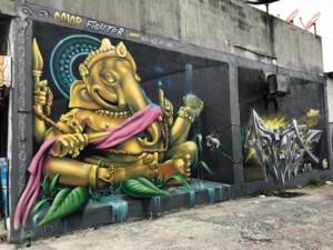Thailand |Straßenkunst auf Koh Phangan. An verschiedenen Orten über die Insel verteilt, kann man Graffiti entdecken. Elefant mit Krone in Gold