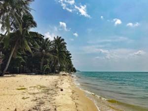 Thailand |Koh Phangan, einer der schönsten Strände der Insel: Haad Ban Tai. Blick auf das Meer, feinen Sand und Palmen bei blauem Himmel