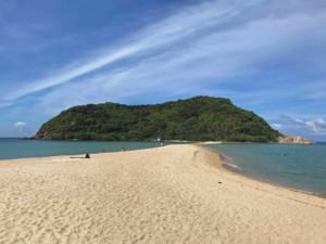 Thailand |Top-Sehenswürdigkeit und interessante Orte Highlight: Strand Haad Mae Haad auf Koh Phangan mit Blick auf die Insel Koh Ma, die mit einer Landzunge bei Ebbe verbunden sind. Blick auf feinen gelben Sand, das Meer und den grünen Urwald bei Sonnenschein