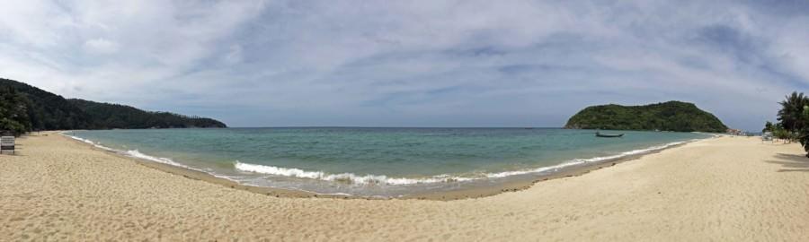 Thailand | Koh Phangan, Panorama am Strand Haad Mae Haad im Norden der Insel,. Blick auf die Bucht mit blauem Meer, gelben Sand, gesäumt von Urwald, Palmen bei Sonne