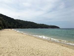 Thailand |Koh Phangan, Blick Richtung Süden am Haad Mae Haad Strand. Blick auf feinen Sand, Wasser, Palmen