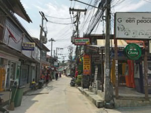 Thailand |Koh Phangan, Restaurants im Ort Haad Rin. Blick auf eine Gasse mit verschiedenen Shops und Restaurants