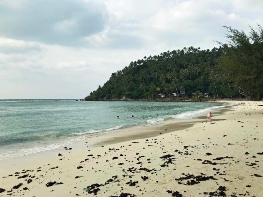Thailand |Koh Phangan, Haad Salad, einer der Top-Strände im Westen der Insel. Blick auf die Bucht mit weißem Sand, Palmen und blauem Wasser