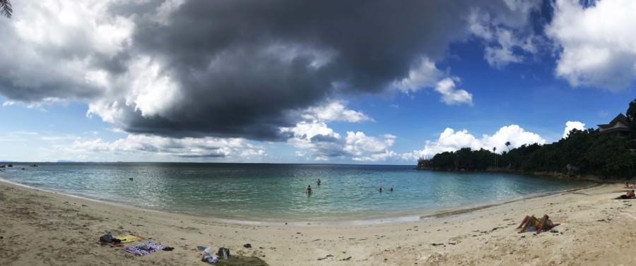 Thailand |Koh Phangan, Panorama am Strand Haad Son oder Secret Beach. Tipp: Unbedingt hin, frühmorgens ist der Strand auch noch nicht überfüllt. Blick auf die Bucht, feinen Sand, Wasser, Horizont mit Wolkenformation am Himmel