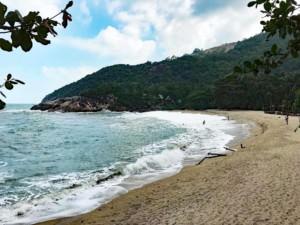Thailand | Koh Phangan, Blick auf die Bucht Haad Than Sadet, die im National Park gelegen ist. Feiner gelber Sand, Meer, Wellen, Palmen