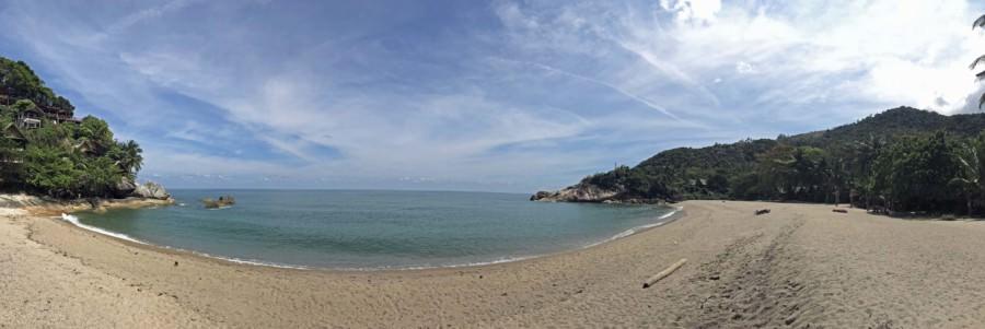 Thailand |Koh Phangan, Panorama am Strand Haad Than Sadet. Blick auf die einsame Bucht, den feinen Sand, blaues klares stilles Meer, den Horizont gesäumt von Palmen