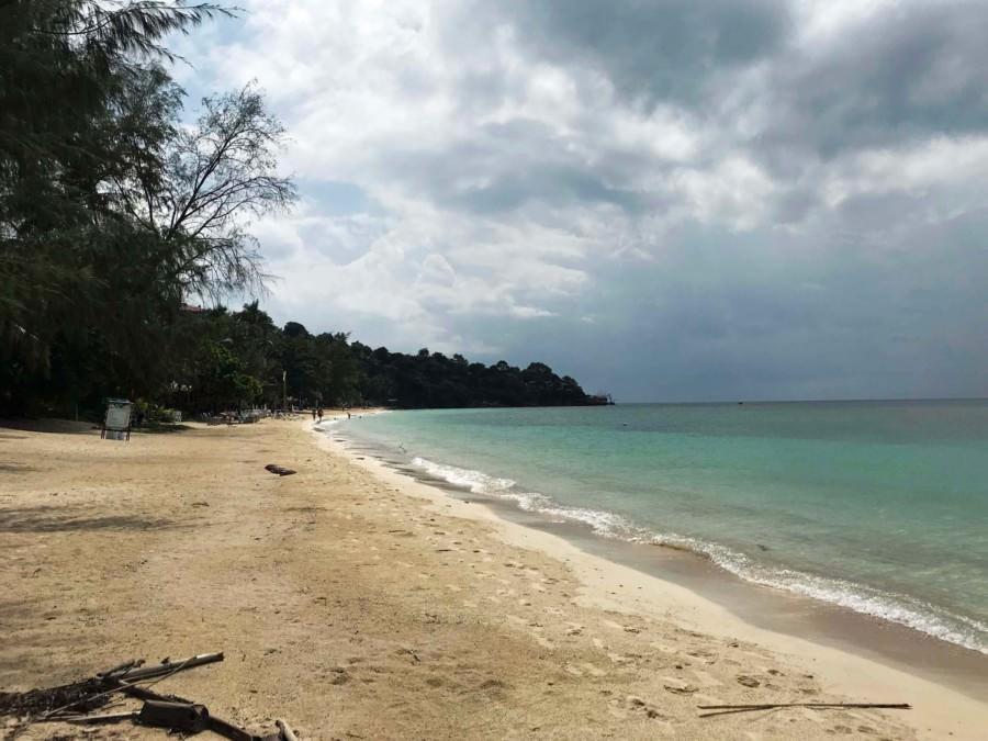Thailand |Koh Phangan, einer der schönsten Strände der Insel: Haad Yao West. Blick auf feinen Sand, türkisfarbenes Wasser, Palmen, bedeckten Himmel