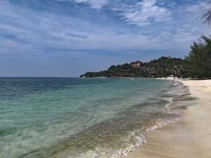 Thailand |Koh Phangan, Strand Haad Yao West mit Blick Richtung Norden. Feiner weißer Sand, blaues Meer, Palmen, blauer Himmel, Sonneschein