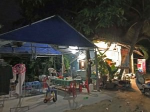Thailand |Koh Phangan, Wäscherei bzw. Laundry Thai-Style. Blick auf ein offenes Haus, mit Wäsche an der Leine, Kinderspielzeug, etc.