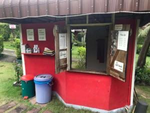 Thailand |Koh Phangan, Preise und Anmeldung zum Minigolf. Kleines Haus mit offenen Fenster