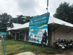 Thailand |Koh Phangan, Büro von Raja Ferry in Thongsala. Blick auf ein Haus, wo es Tickets für die Fähre gibt