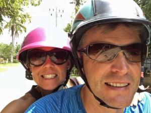 Thailand | Ein Muss: Roller fahren auf Koh Phangan. Karin und Henning mit Helm und Sonnenbrille