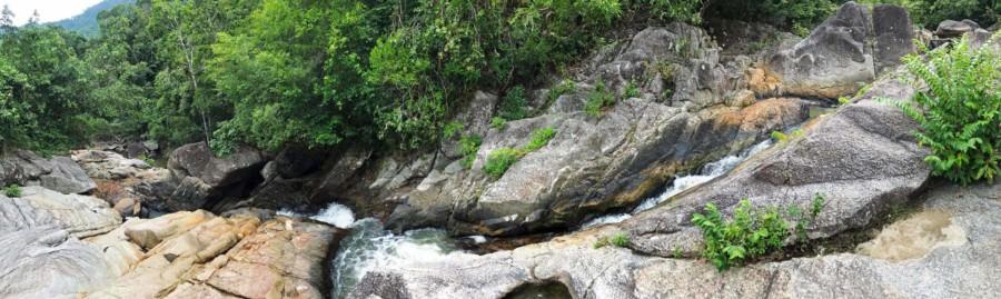 Thailand | Interessante Orte in Koh Phangan: Panorama am Than Sadet Wasserfall, blick von oben auf einen kleinen Wasserfall in den Felsen umgeben von grünem Urwald