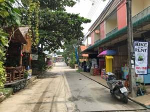 Thailand |Koh Phangan, Hauptstraße im Ort Thong Nai Pan Noi an der Ostküste der Insel. Straße mit einigen Shops