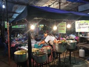 Thailand |Koh Phangan, Thongsala Food Festival. Köchelnde große Kochtöpfe vor typischer offener Garküche